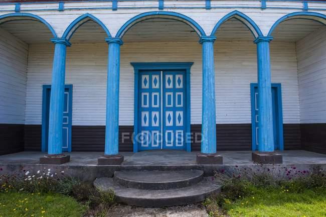 Verniciato blu ingresso alla Chiesa in legno di Puchilco, Chiloe, Chile, South America — Foto stock