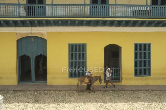 Städtischen Szene mit lokalen Leuten und Esel, Trinidad, Kuba, Mittelamerika — Stockfoto