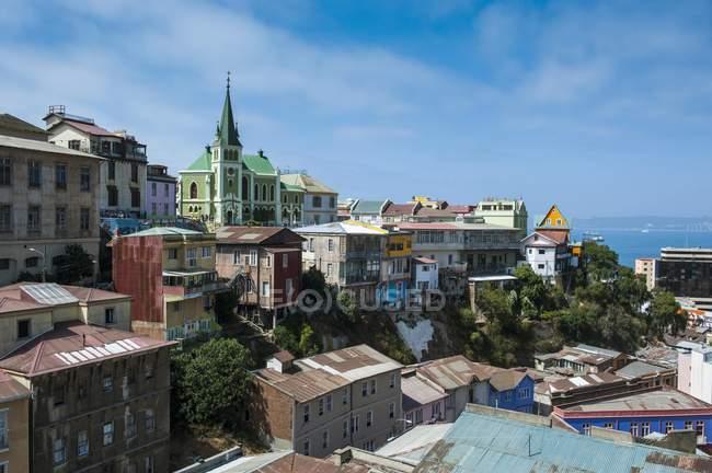 Si affacciano sulla storica Valparaiso con case variopinte in Cile, Sud America — Foto stock