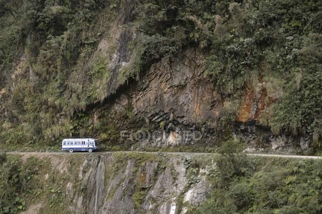 Ônibus na estrada de Yungas perigosa montanha entre La Paz e Coroico, na Bolívia, América do Sul — Fotografia de Stock