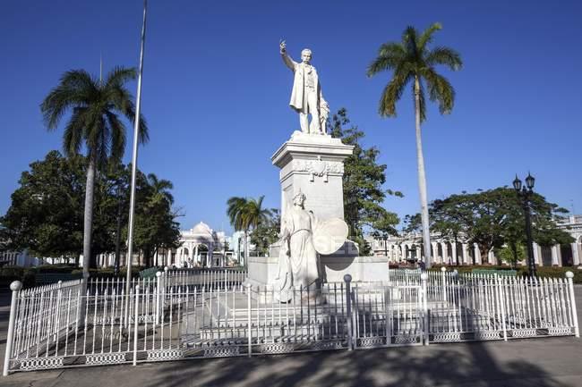 Памятник национального героя Хосе Марти в парке в Сьенфуэгос, провинция Сьенфуэгос, Куба — стоковое фото