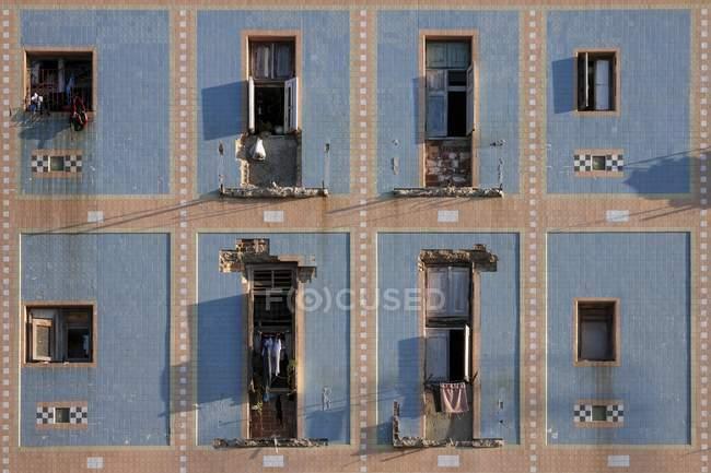 Run-down house facade of historic center of Havana, Cuba, Central America — Stock Photo