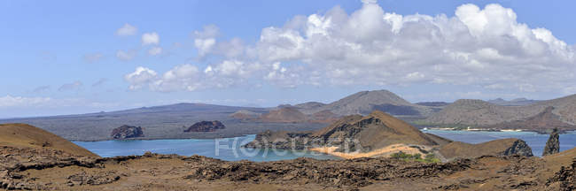 Vue panoramique de la zone volcanique de l'île de Bartolome, aux îles Galapagos, Equateur, Amérique du Sud — Photo de stock