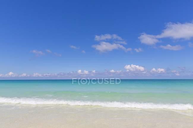 Бирюзовые воды берегу острова Кайо Санта Мария, Большие Антильские острова Карибского бассейна, Куба — стоковое фото