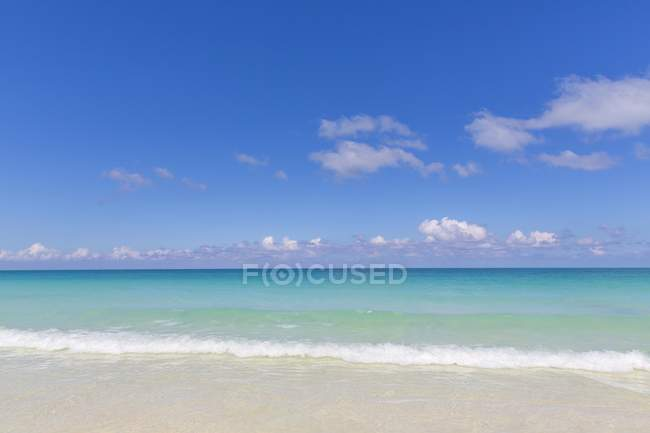 Turquoise water by shore of island of Cayo Santa Maria, Greater Antilles, Caribbean, Cuba — Stock Photo