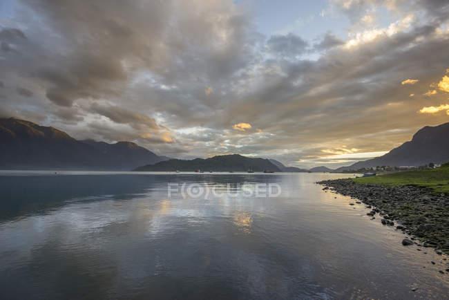 Ambiente de la noche por el mar, Hornopirén, región de Los Lagos, Chile, América del sur - foto de stock