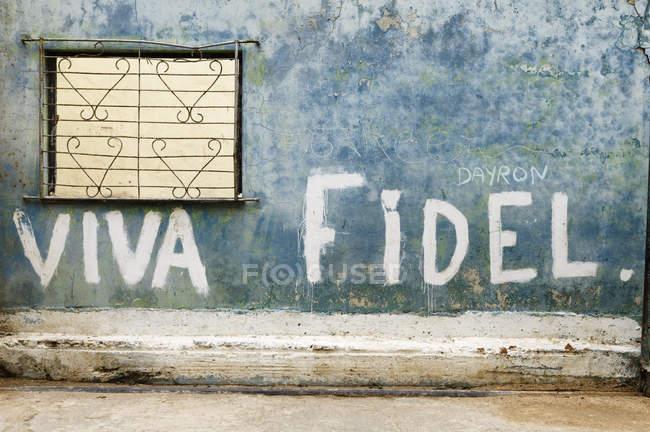Viva Fidel lettering on rustic wall in historic center, Havana, Cuba — Stock Photo