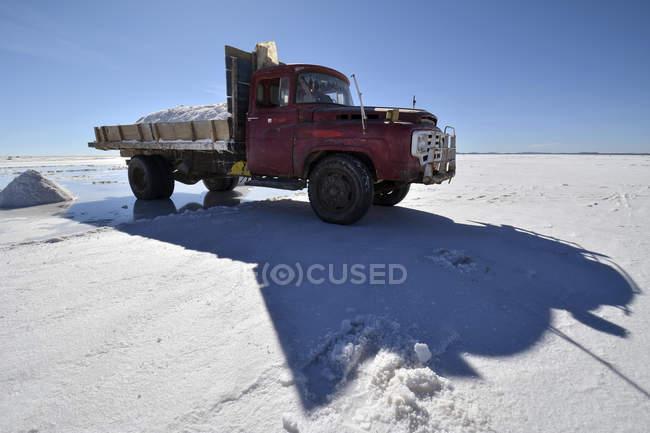 Vieux camion transportant sel à plat sel Salar d'Uyuni, Altiplano, Bolivie, Amérique du Sud — Photo de stock