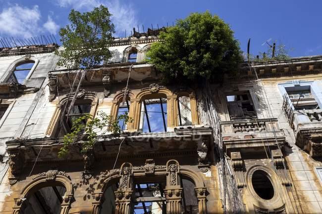 Shabby facade in historic center of Havana, Cuba, Central America — Stock Photo