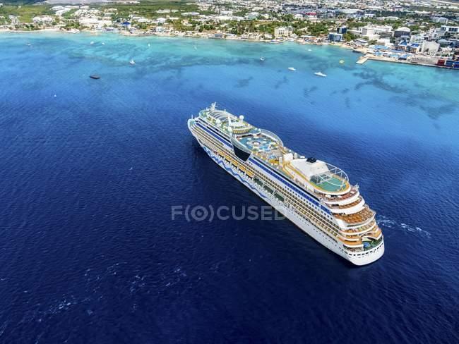 Navire de croisière de la côte de Georgetown, Caraïbes, îles Caïmanes, Amérique du Nord — Photo de stock