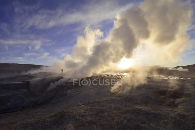 Sol de Manana de champ de geysers de thermique pendant le lever du soleil, Potosi, en Bolivie, en Amérique du Sud — Photo de stock