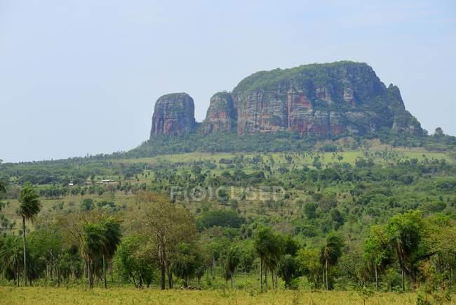 Tipico paesaggio con formazione rocciosa Cerro Memby sfondo, Yby Yau, Paraguay, Sud America — Foto stock