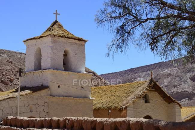 Chiesa in stile Adobese con tetto di paglia, Santiago de Rio Grande, El Loa, Antofagasta, Cile, Sud America — Foto stock