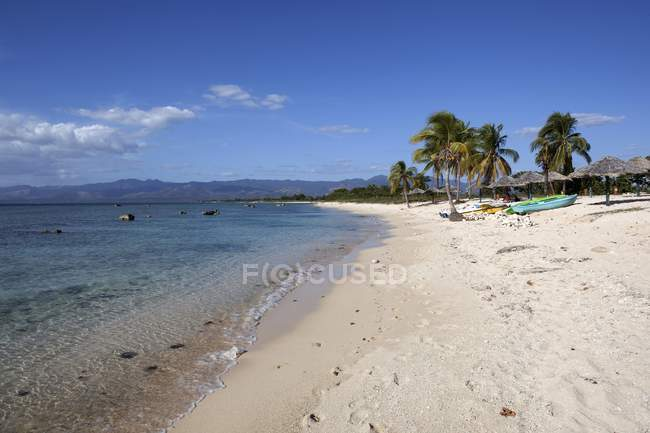 Tropical beach with palm trees at Playa Ancon, Sancti Spiritus Province, Cuba — Stock Photo