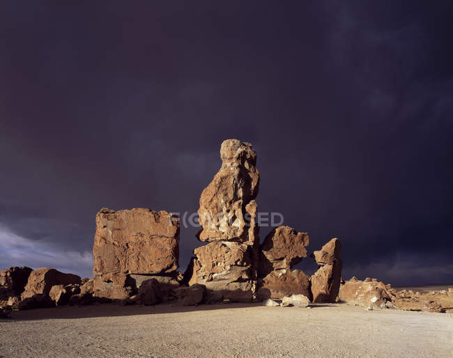 Rock formation in front of stormy clouds, Valle de Rockas, Altiplano, Bolivia, South America — Stockfoto