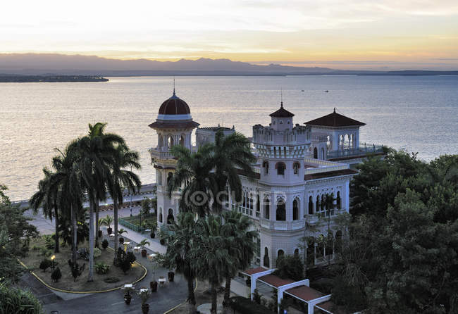 Seascape and building of Palacio de Valle, Punta Gorda, Cienfuegos Province, Cuba — Stock Photo