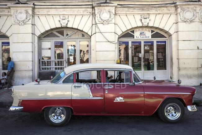 Винтажный автомобиль в красный и белый цвета на улице Центральной Америки Сантьяго-де-Куба, провинция Сантьяго-де-Куба, Куба, — стоковое фото