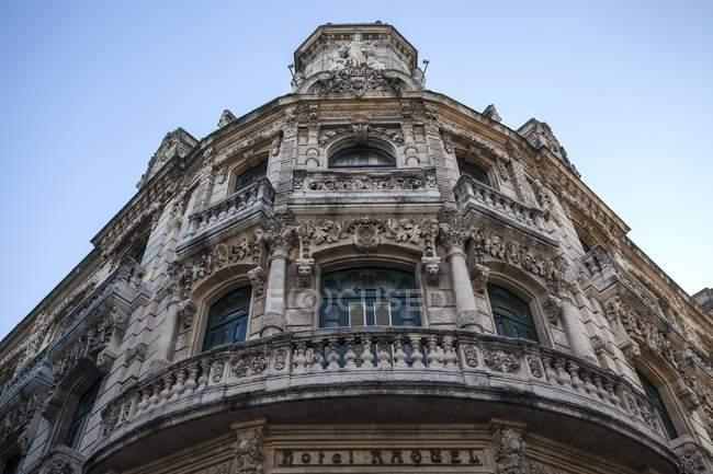 Low angle view of facade of hotel Raquel in Old Havana, Havana, Cuba, Central America — Stock Photo