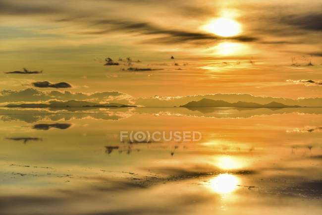 Mountains with reflection in flooded salt lake at sunset, Salar de Uyuni, Altiplano, Bolivia, South America — Stockfoto