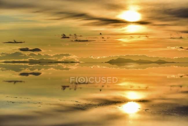 Bergen mit Reflexion in überfluteten Salzsee bei Sonnenuntergang, Salar de Uyuni, Altiplano, Bolivien, Südamerika — Stockfoto