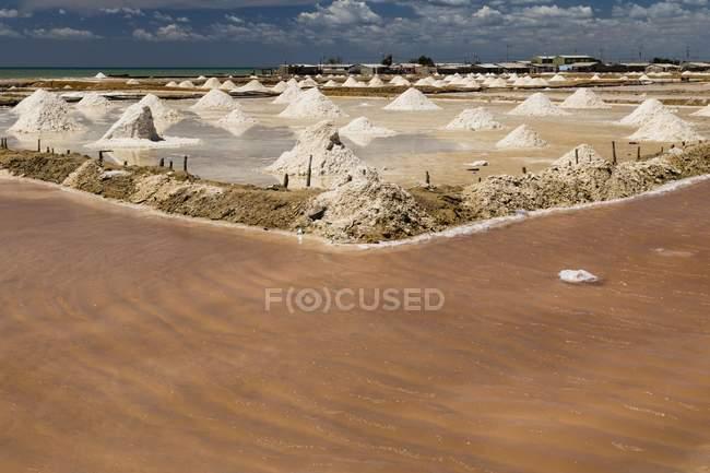 Salt heaps in Las Salinas, Manaure Balcon del Cesar, La Guajira, Colombia, South America — стоковое фото