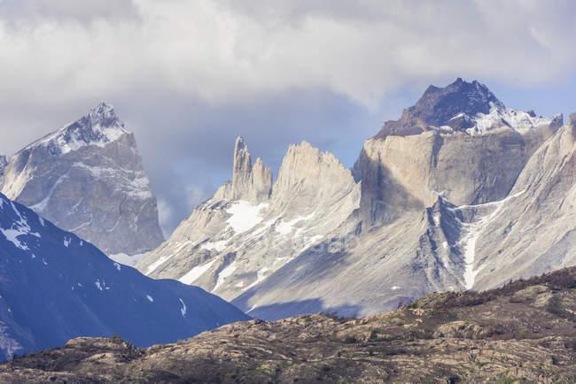 Massif montagneux sommet Cuernos de Paine Parc National Torres del Paine, Chili, Amérique du Sud — Photo de stock