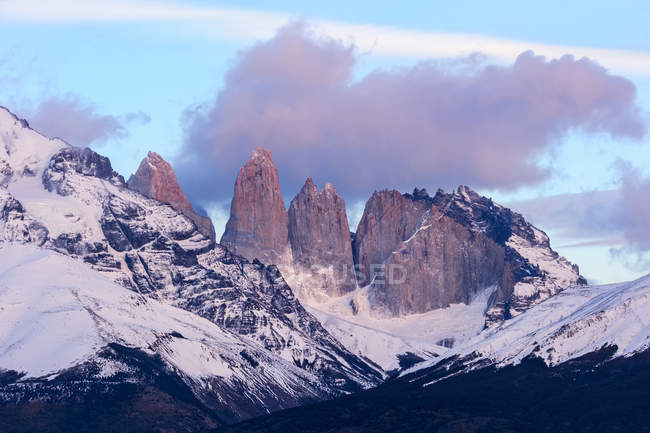 Nuvole basse sopra neve coperto Cuernos del Paine nel Parco Nazionale Torres del Paine, Cile — Foto stock