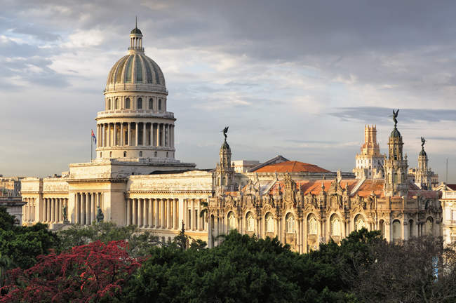Capitol building and Gran Teatro theater in park of Havana, Cuba — Stock Photo
