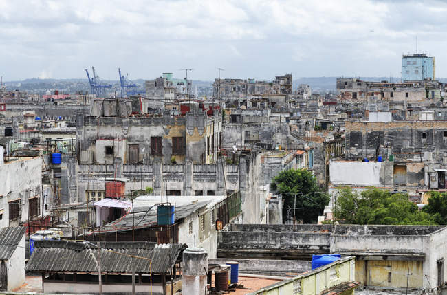 Old town and shabby buildings in historical center of Havana, Cuba — Stock Photo