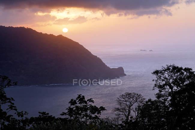 Pôr do sol na Baía de homem-o-guerra Charlotteville, Tobago, Trinidad e Tobago, América do Norte — Fotografia de Stock