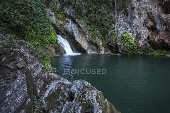 Waterfall and pool Salto del Caburni in Escambray mountain range of Cuba, Central America — Foto stock