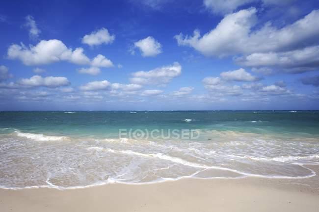 Пасмурное небо над пляжем и бирюза моря, остров Кайо-Levisa, провинция Пинар-дель-Рио, Куба, Центральная Америка — стоковое фото