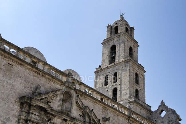 Шпиль церкви в историческом центре, Гавана, Сьюдад-де-ла Гавана, Куба — стоковое фото