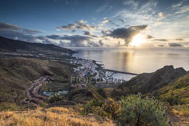 Аэрофотоснимок Санта-Крус-де-ла-Пальма на рассвете, Канарские острова — стоковое фото