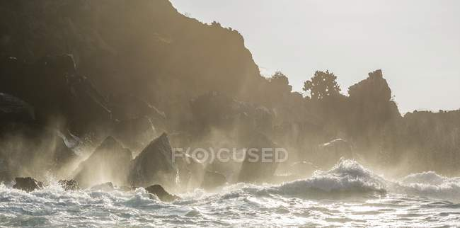 Waves breaking against cliffs at Buccaneers Cove, San Salvador Island, Galapagos Islands, Ecuador, South America — Stock Photo