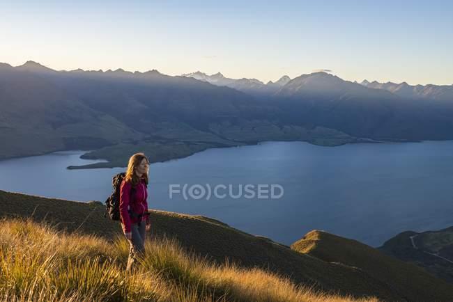 Weibliche Wanderer am Isthmus Gipfel mit Lake Wanaka und Berge Landschaft, Otago, Neuseeland — Stockfoto