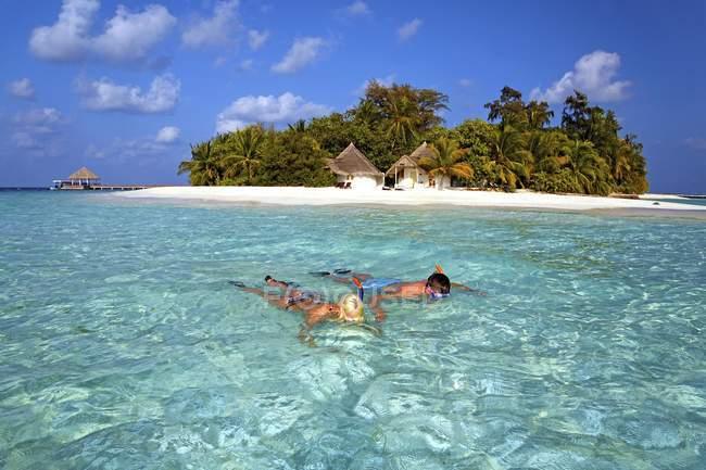 Snorkelers на бірюзове мілкій воді off культурного island, Мальдіви, Азії — стокове фото