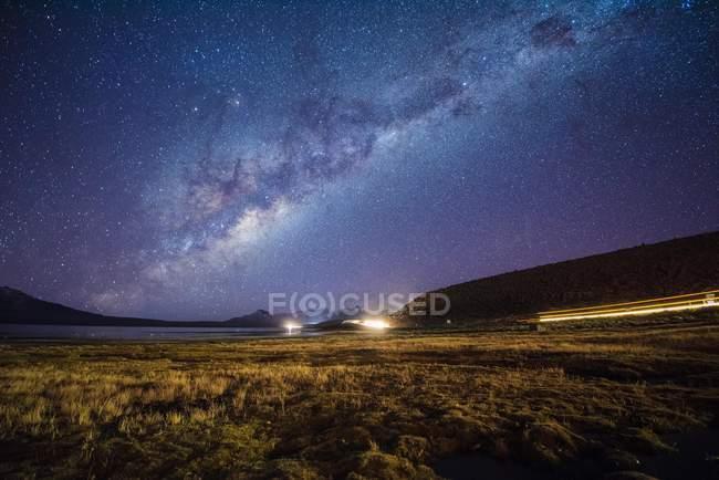 Звездное небо с Млечного пути на озера Чунгара, национального парка Лаука, Putre, провинции Паринакота, Arion-и-Паринакота, Чили, Южная Америка — стоковое фото