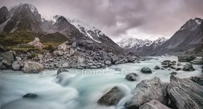 Felsige Ufer und fließendes Wasser von Hooker River, Hooker Valley, Mount Cook Nationalpark, Südalpen, Canterbury Region, Neuseeland, Ozeanien — Stockfoto
