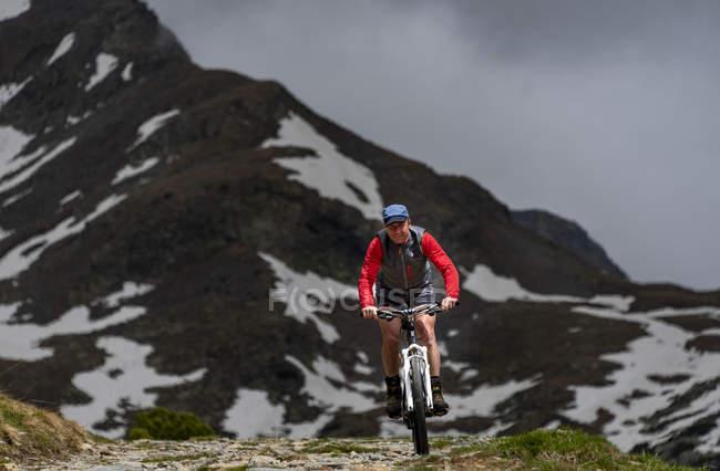 Motociclista della montagna davanti al picco di montagna, Alpi Sarentine, San Martino, Val Sarentino, Alto Adige, Italia, Europa — Foto stock