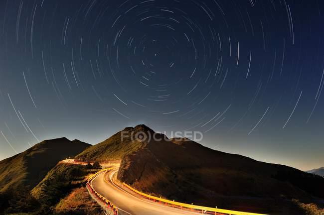Montaña de Hehuan y cielo estrellado con larga exposición en Nantou, Taiwán, China, Asia - foto de stock