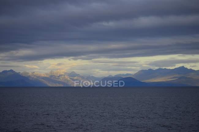 Paesaggio costiero sud Pacifico con le nubi scure vicino a Puerto Natales, Patagonia, Cile, Sud America — Foto stock