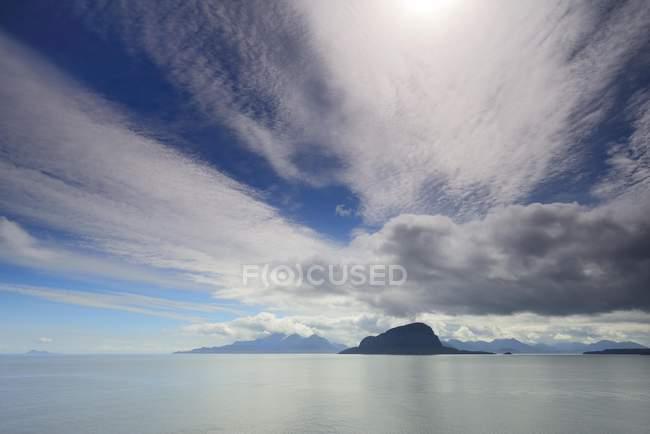 Paesaggio costiero sud Pacifico con nuvole vicino a Puerto Natales, Patagonia, Cile, Sud America — Foto stock