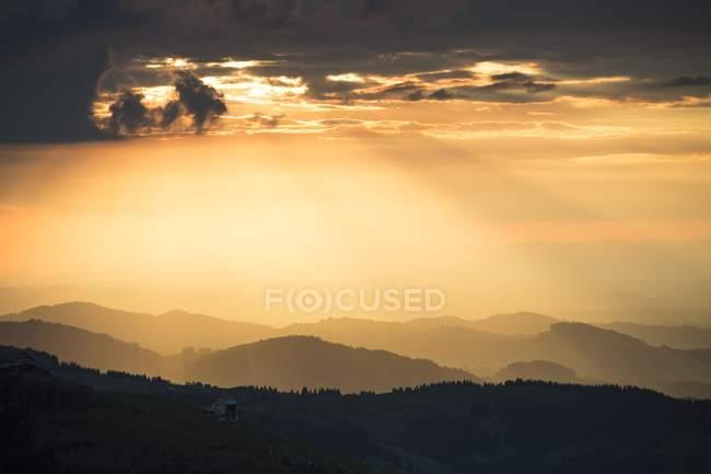 Пейзаж с Ebenalp от Alpsigel силуэт на закате, Brulisau, Аппенцелль — Иннерроден, Швейцария, Европа — стоковое фото