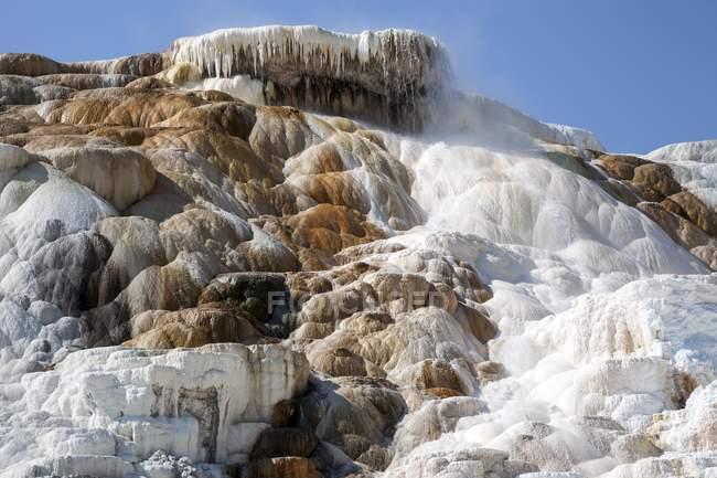 Terrasses de travertin et thermale de la Palette du printemps, les terrasses inférieures, Mammoth Hot Springs, parc National de Yellowstone, Wyoming, Usa, l'Amérique du Nord — Photo de stock