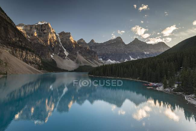 Moraine Lake in evening light, Valley of the ten peaks, Canadian Rocky Mountains, Banff National Park, Alberta, Canada, North America — Stock Photo