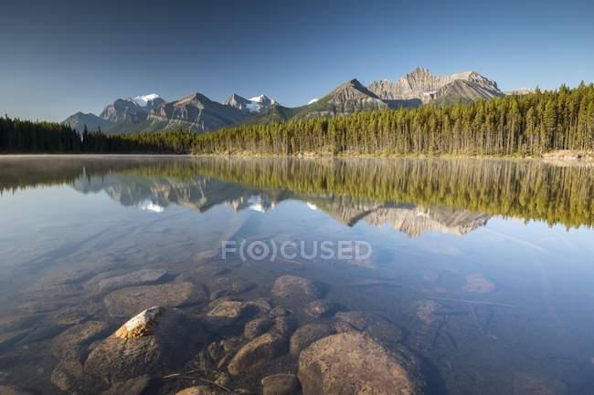 Lac de Herbert dans l'atmosphère du matin avec la réflexion de Bow Range, Parc National Banff, montagnes Rocheuses au Canada, Alberta, Canada, Amérique du Nord — Photo de stock