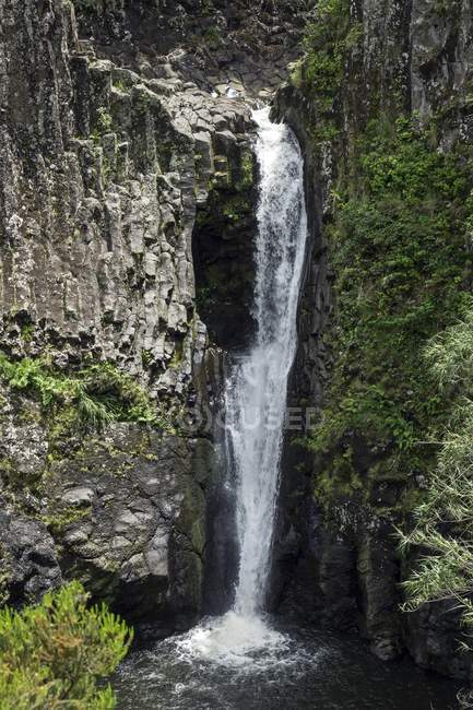 Cascada sobre las columnas de basalto cerca de Fazende de Santa Cruz, isla de Flores, Azores, Portugal, Europa - foto de stock