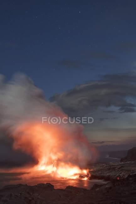 Лава введення океану вночі з Чумацький шлях зірки над, Kalapana, Гаваї вулкани, великий острів, Гаваї, США, Північної Америки — стокове фото