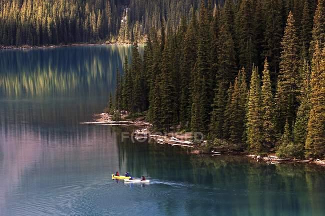 Canoagem no Lago Moraine, Parque Nacional de Banff, montanhas rochosas, Alberta, Canadá, América do Norte — Fotografia de Stock